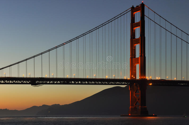 Solnedgång på Golden gate bridge, San Francisco, Kalifornien, USA royaltyfri fotografi
