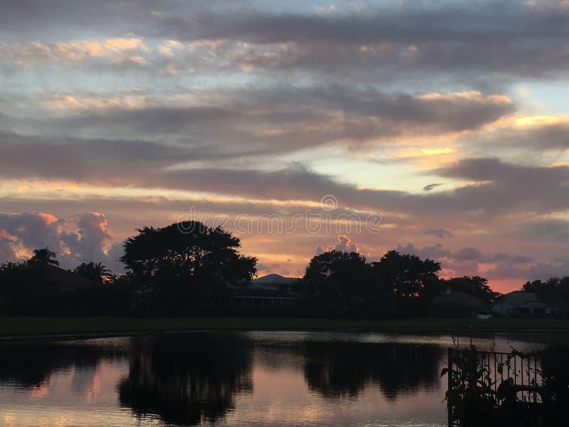 Solnedgång på golfbanan arkivbilder