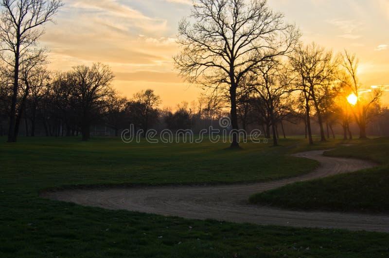 Solnedgång på golfbanan på Ada-flodön, Belgrade arkivbild