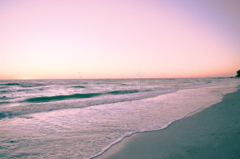 Solnedgång på golfstränderna royaltyfria bilder