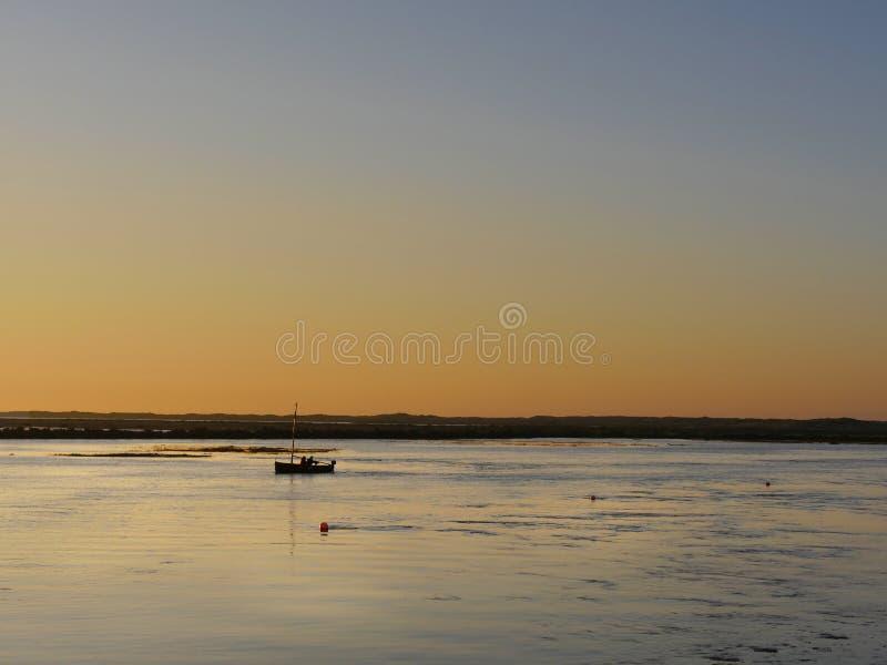 Solnedgång på högvatten arkivbilder