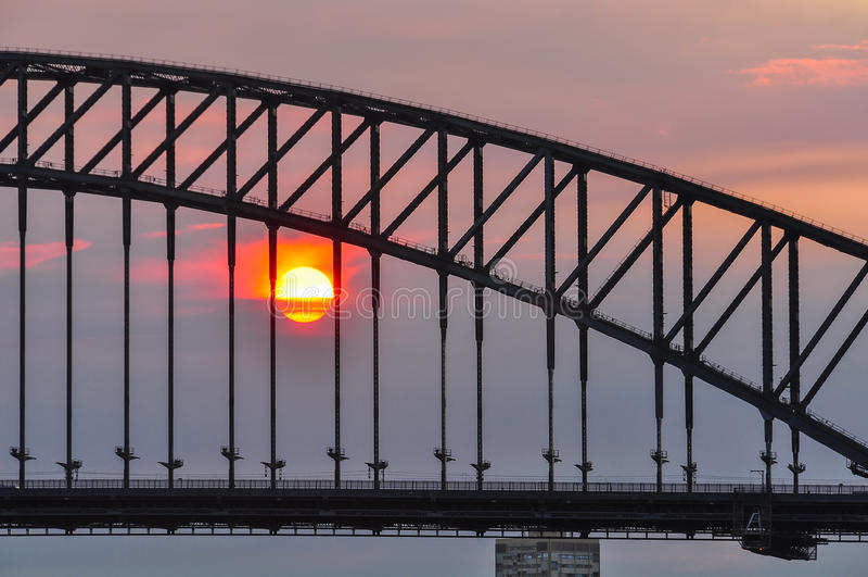 Solnedgång på hamnbron i Sydney, Australien arkivbilder