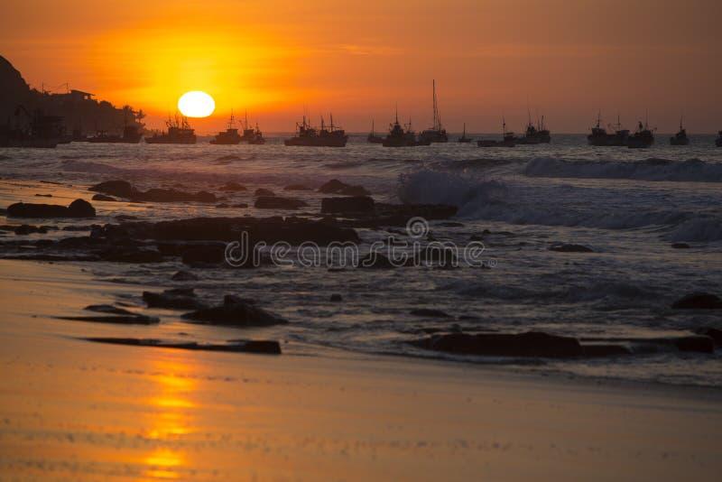 Solnedgång på hamnen av Mancora, Peru arkivbild