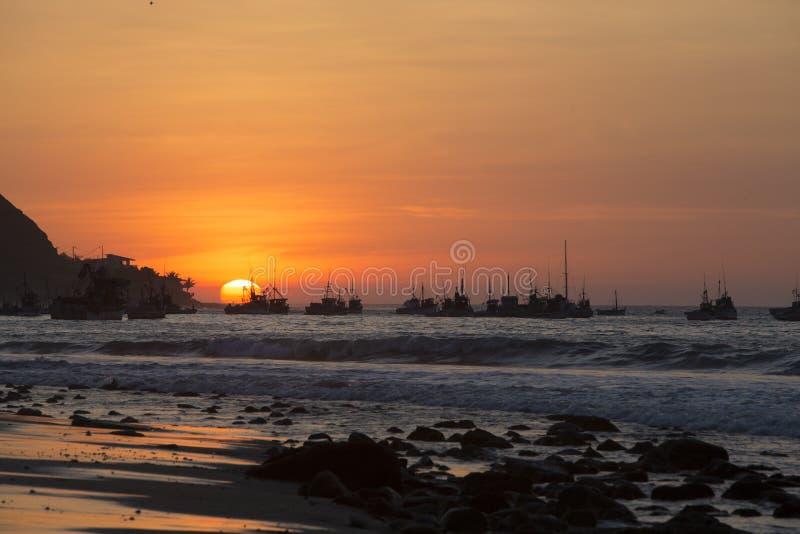 Solnedgång på hamnen av Mancora, Peru royaltyfri foto