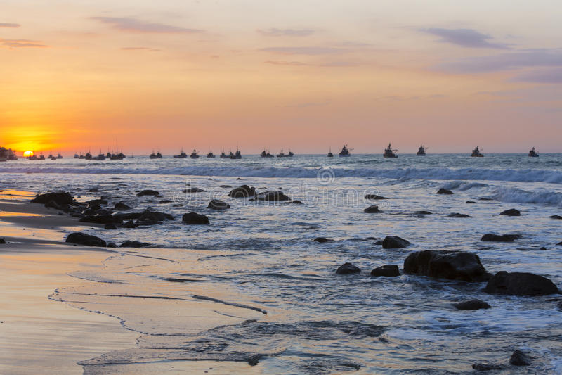 Solnedgång på hamnen av Mancora, Peru arkivfoton