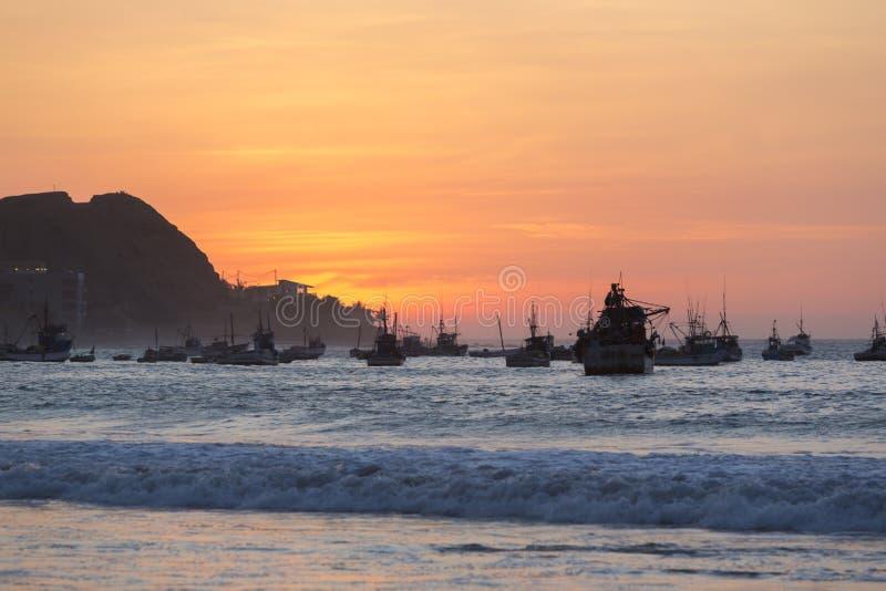 Solnedgång på hamnen av Mancora, Peru arkivfoto