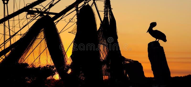 Solnedgång på hamnplatsen arkivbild