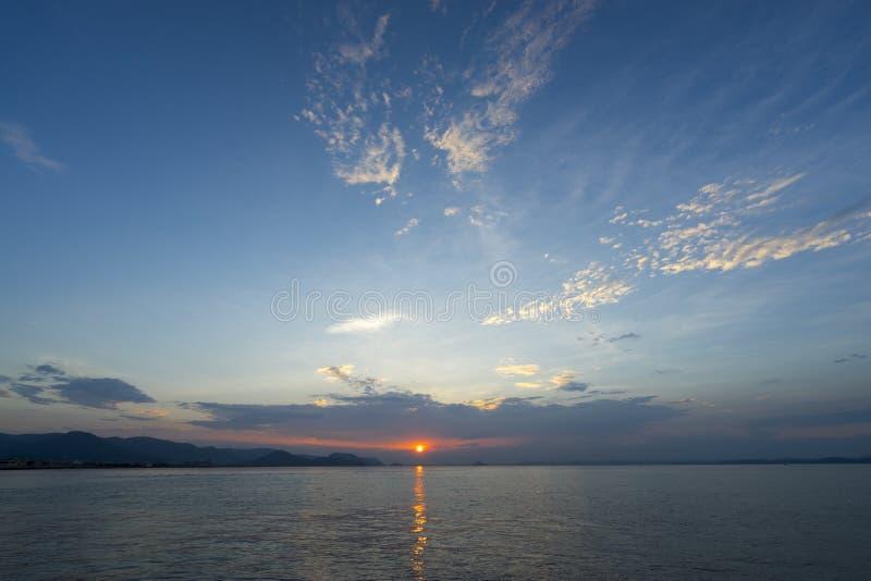 Solnedgång på hav 1 arkivbild