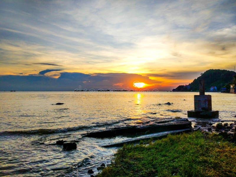 Solnedgång på havet i den Haiphong staden, Vietnam royaltyfri foto