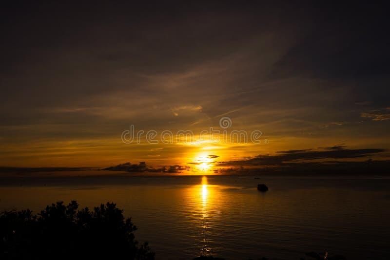 Solnedgång på havet i Phu Quoc som tas från kullen arkivbild