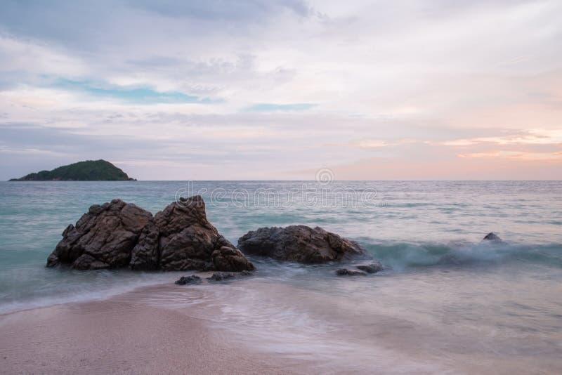 Solnedgång på havet i Thailand royaltyfria bilder