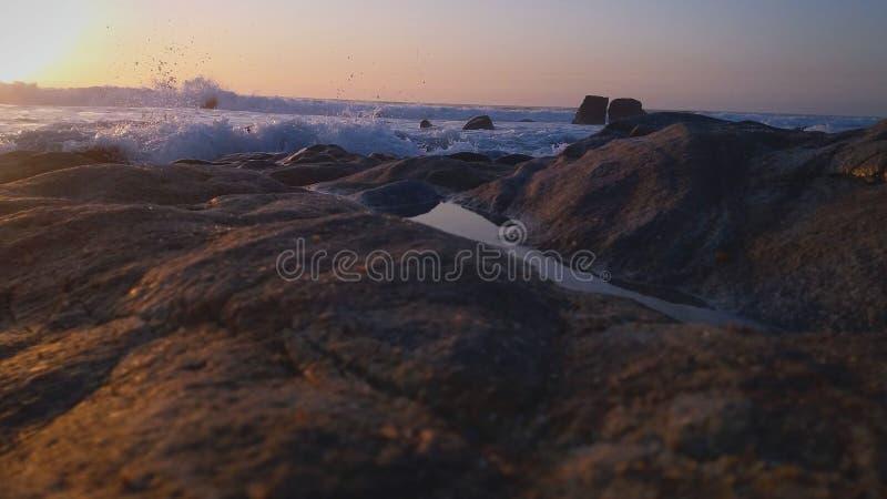 Solnedgång på havet Ljus sol på himmel sätta på land vulkaniska hawaii arkivbilder