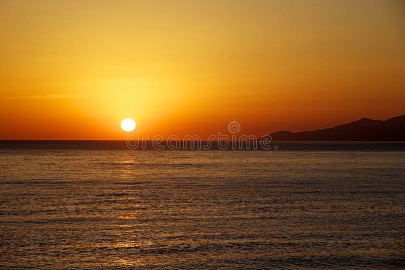 Solnedgång på havet Ljus sol på himmel royaltyfri foto
