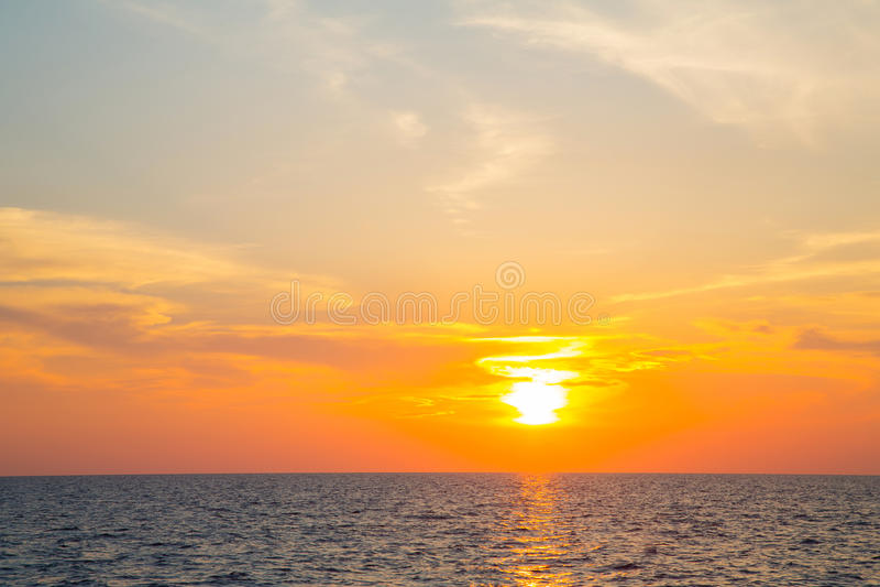 Solnedgång på havet med horisonten för en atmosfärisk bakgrund arkivfoton
