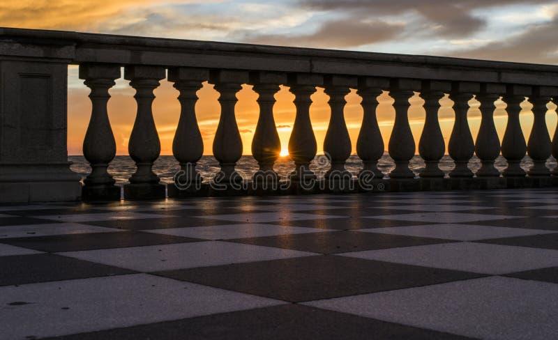 Solnedgång på havet mellan kolonnen arkivbilder