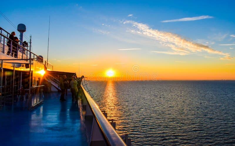 Solnedgång på havet mellan Tyskland och Danmark på den Fehmarnbelt vattenvägen, med en sikt från ombord ett passagerareskepp arkivfoto