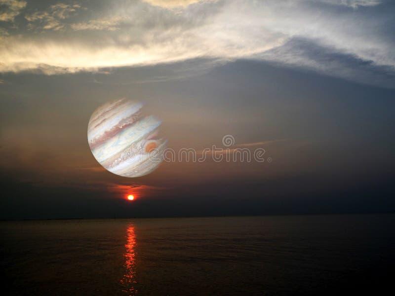solnedgång på havet och jupiter bakgrund i utrymme royaltyfria foton