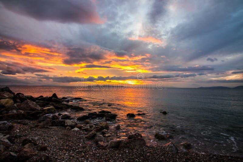 solnedgång på havet, strand, härlig sikt, härliga solnedgångar, afton på stranden vid havet, arkivbild
