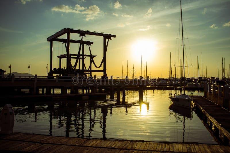 Solnedgång på havmarinaNaen Jomtien Thailand royaltyfria foton