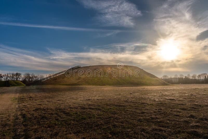Solnedgång på historisk plats Etowah för indiska kullar i Cartersville Georgia royaltyfria foton