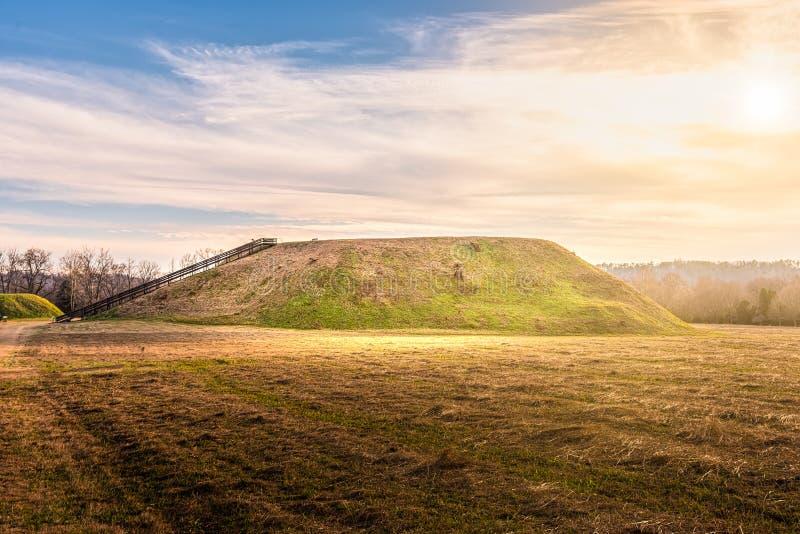 Solnedgång på historisk plats Etowah för indiska kullar i Cartersville Georgia royaltyfri fotografi