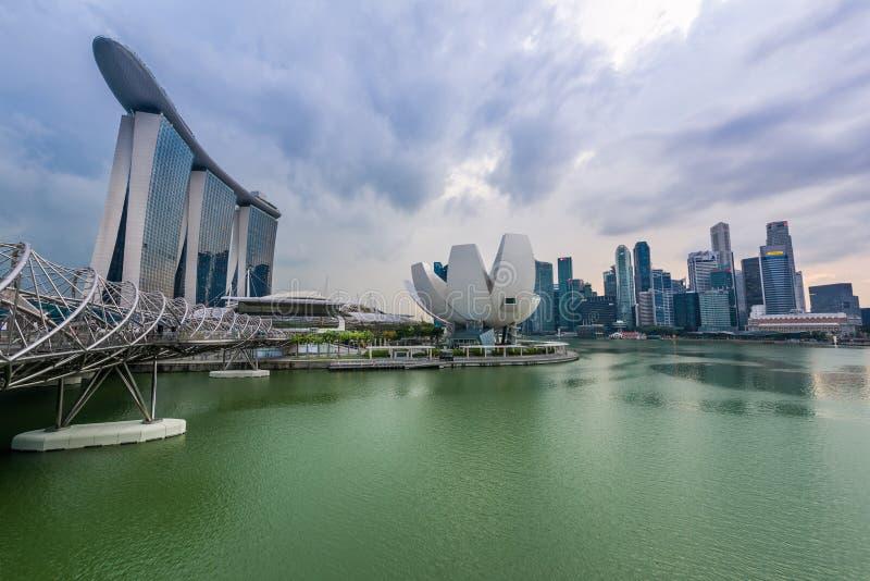 Solnedgång på huvudsakligt Singapore stadsområde på Marina Bay royaltyfri bild