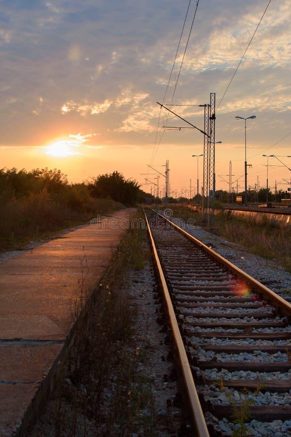 Solnedgång på järnvägen i förorterna royaltyfri bild
