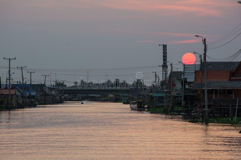 Solnedgång på kanalen royaltyfria bilder