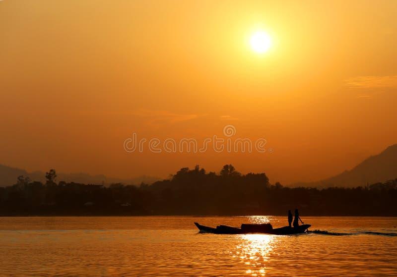 Solnedgång på Kaptai sjön av Bangladesh arkivbilder