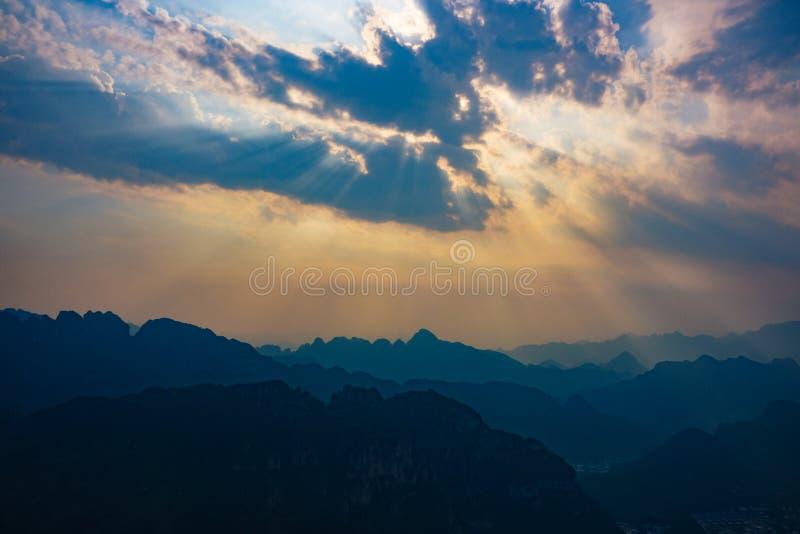 Solnedgång på kinesisk bygd med Tyndall effekt royaltyfri foto