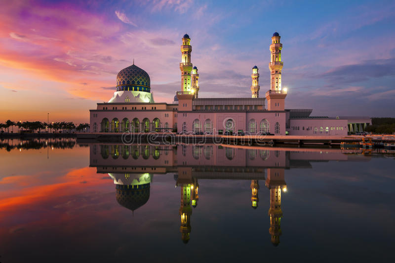 Solnedgång på Kota Kinabalu Mosque arkivfoto