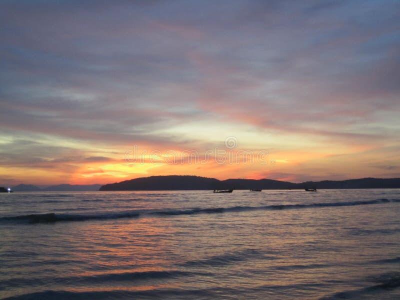 Solnedgång på Krabi royaltyfri fotografi