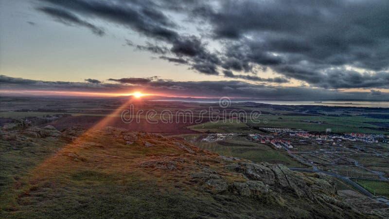 Solnedgång på kullarna arkivfoton