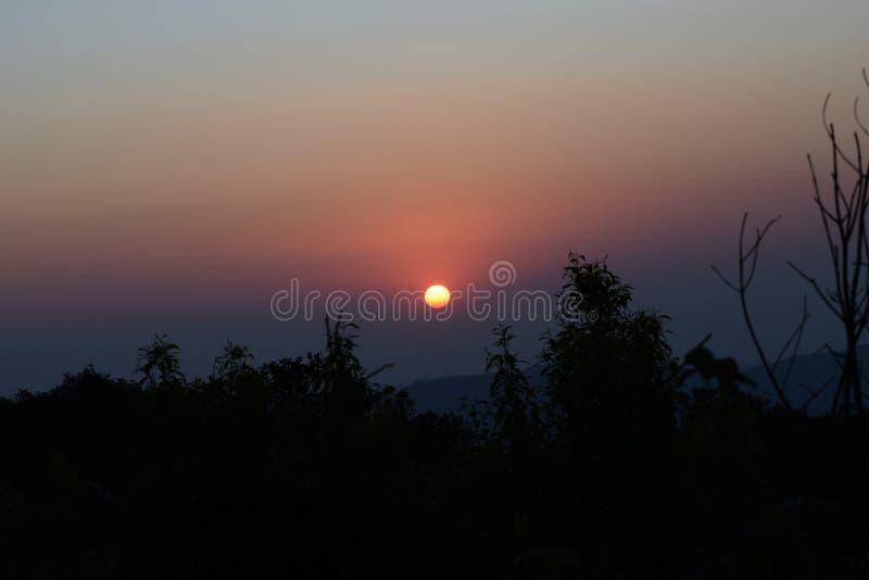 Solnedgång på kullarna fotografering för bildbyråer