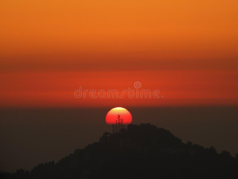 Solnedgång på kullen royaltyfria foton