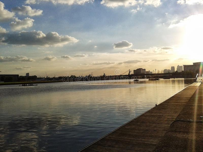 Solnedgång på kungliga Albert skeppsdockor arkivfoto