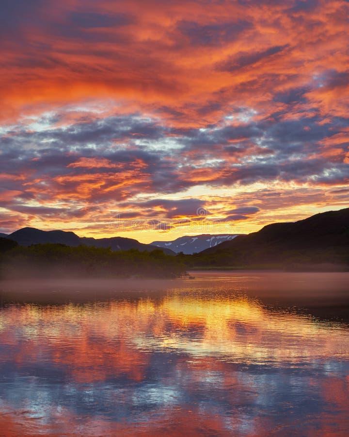 solnedgång på Kuril sjön royaltyfri foto