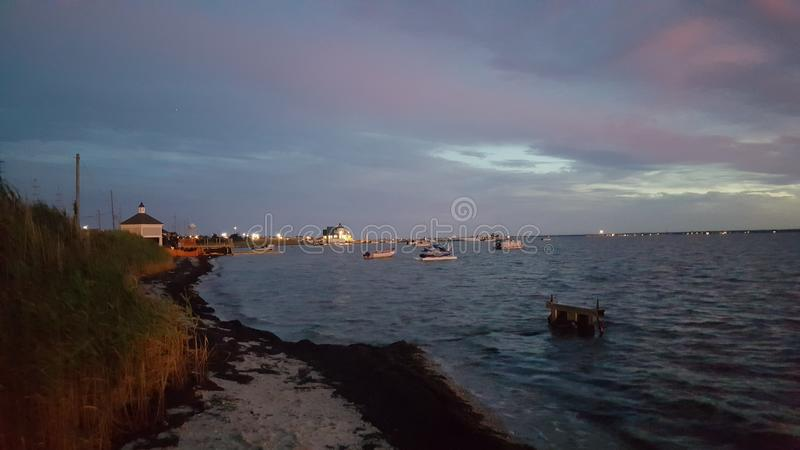 Solnedgång på kusten royaltyfria bilder