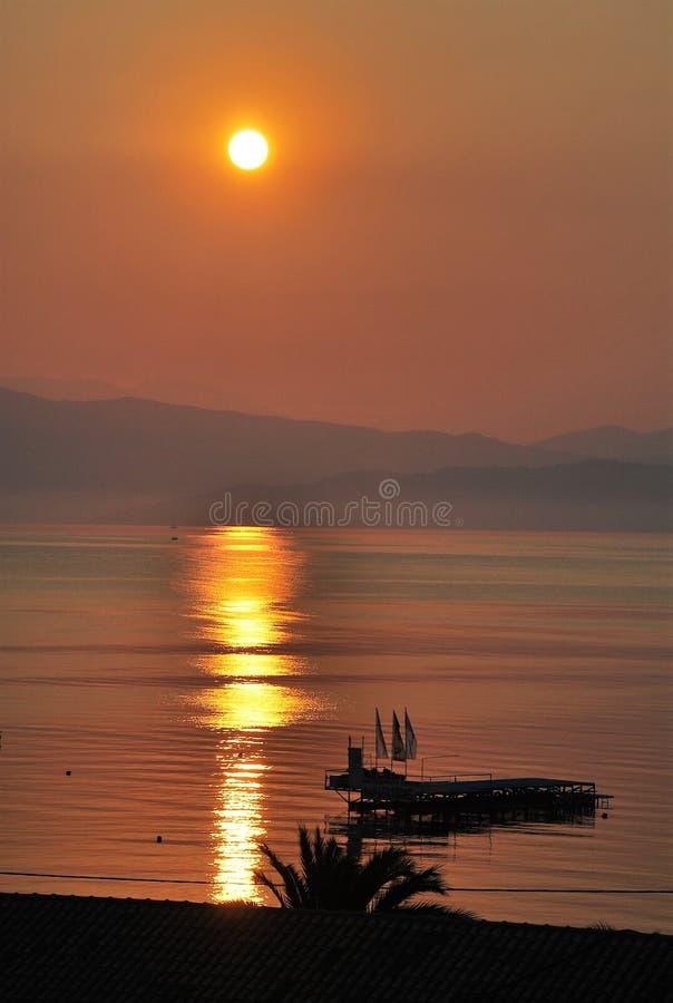 Solnedgång på kusten av Korfu i sommartiden arkivfoton