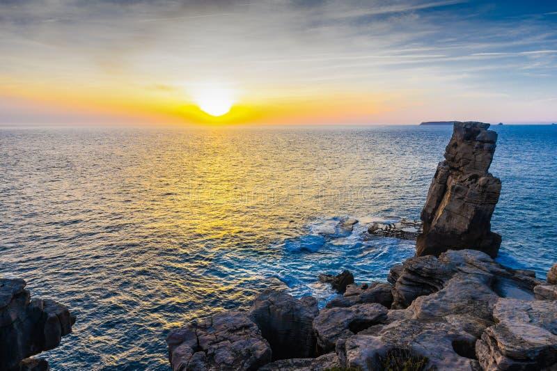 Solnedgång på kusten av Peniche, Portugal royaltyfri foto