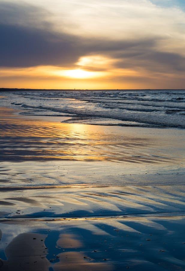 Solnedgång på kusten på sommar arkivfoton