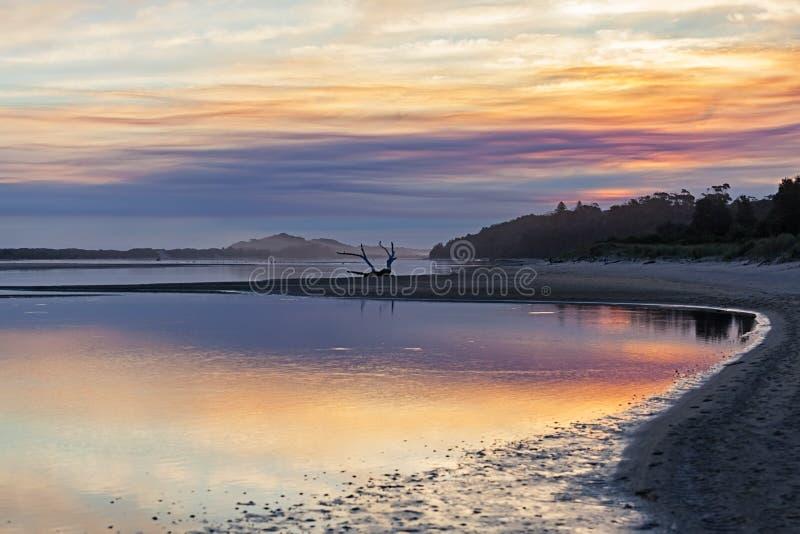 Solnedgång på kustlinjen i Australien fotografering för bildbyråer