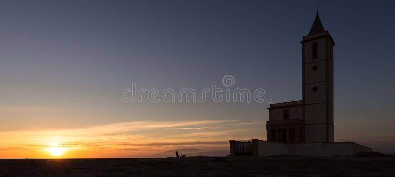 Solnedgång på kyrkan av Las Salinas royaltyfria bilder