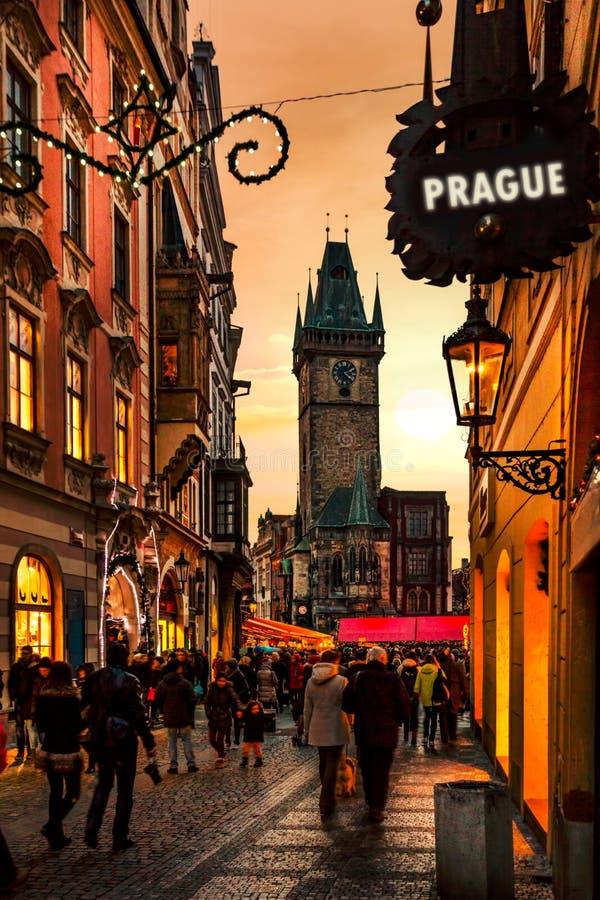 Solnedgång på kyrkligt torn för Prague tyn