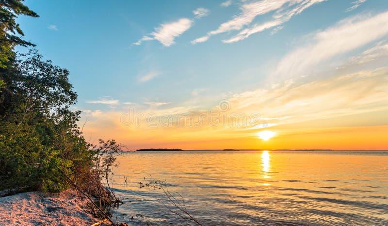 Solnedgång på Lake Michigan på halvödelstatsparken arkivfoto