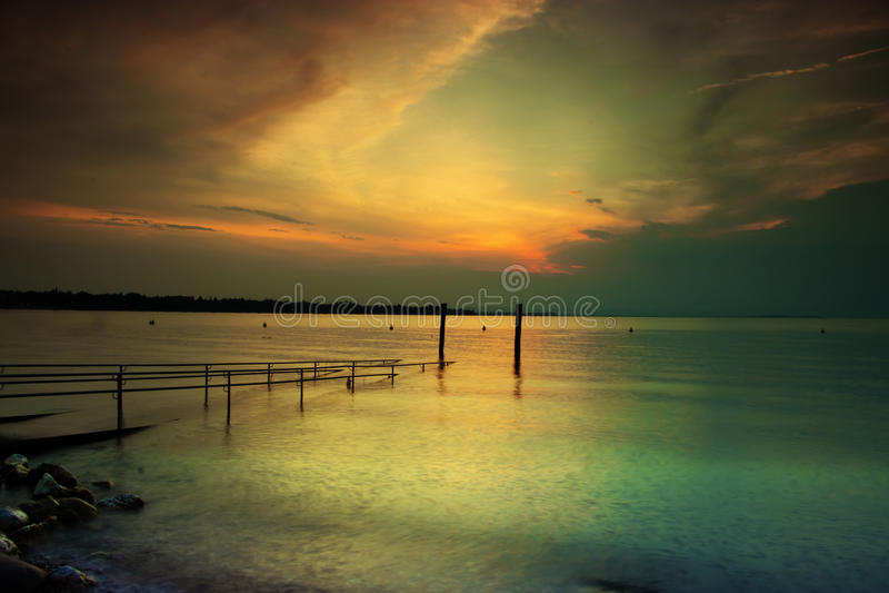 Solnedgång på laken Garda arkivbild