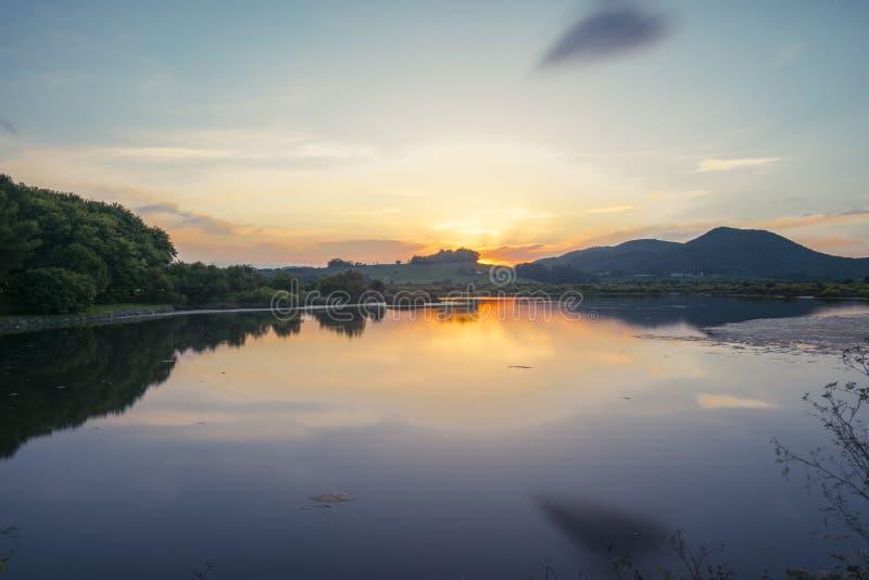 Solnedgång på laken royaltyfri bild