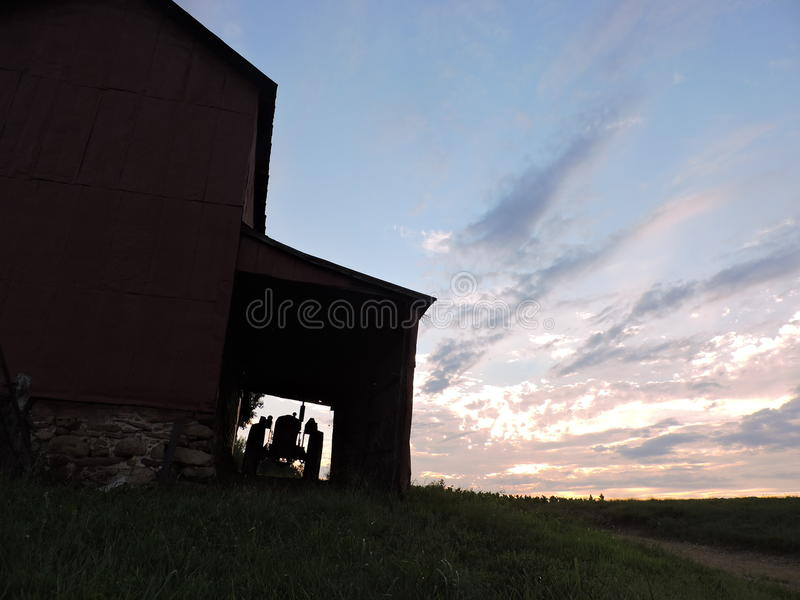Solnedgång på lantgården arkivbilder