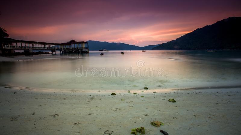 Solnedgång på Lumut, Malaysia royaltyfri bild