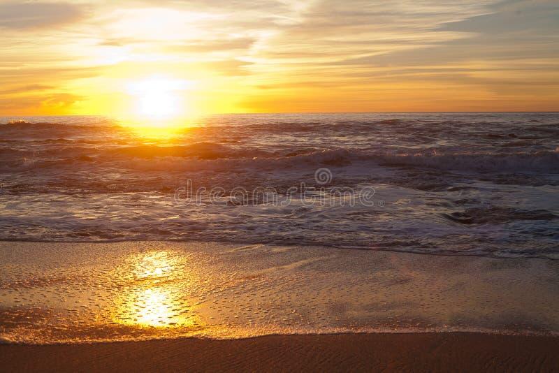 Solnedgång på Manhattan Beach, Half Moon Bay, Kalifornien royaltyfria bilder